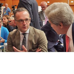 Heiko Maas und John Kerry talking at Berlin Climate and Security Conference 2019